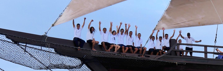 von Seram Sea bis Raja Ampat Papua Barat Indonesien an Bord des Phinisi Liveaboard und Luxus-Schiffes MSY WAOW, die Crew, trekking auf den Spuren des Komodo Varans in Rinca