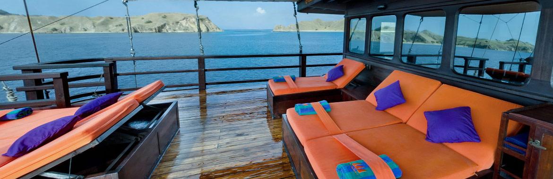 Segeln, kreuzen und tauchen in Indonesia mit dem liveaboard Phinisi Segler MSY WAOW zu mythischen und abgelegenen Tauchplätzen im Korallendreieck. Sundeck und Lounge auf dem Oberdeck