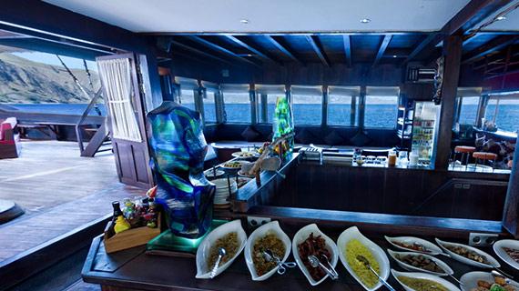 Segeln, kreuzen und tauchen in Indonesia mit dem liveaboard Phinisi Segler MSY WAOW zu mythischen und abgelegenen Tauchplätzen im Korallendreieck. Frühstück, Mittagessen und Nachtessen auf der WAOW