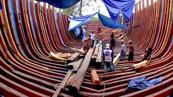 segeln, kreuzen und tauchen in Indonesien mit dem liveaboard Phinisi MSY WAOW im Tschungel Borneo s gebaut