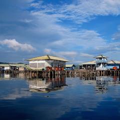 mit dem Pinisi Tauchschiff und Segelboot MSY WAOW in RajaAmpat, Penemu, Dampier Strait, Misool Lagunen, Tomolo Grotte