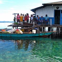 mit dem Pinisi Tauchschiff und Segelboot MSY WAOW in RajaAmpat Penemu Dampier Strait, Einheimische in einem Perlen Dorf