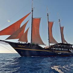 Pinisi WAOW, Phinisi bateau de plongée et voilier WAOW navigue sous voile, Misool, Wajag, Wayag, en Indonésie sailing