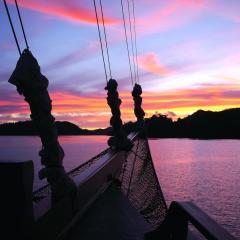 mit dem Pinisi Tauchschiff und Segelboot MSY WAOW in RajaAmpat Penemu Dampier Strait Sonnenuntergang in Raja Ampat